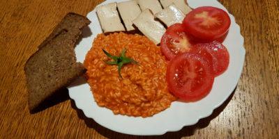 Dimljeni tofu, riža u umaku, paradajz i kruhić