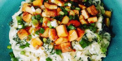 Pirinčana testenina sa dimljenim tofuom, mladim lukom i španačem