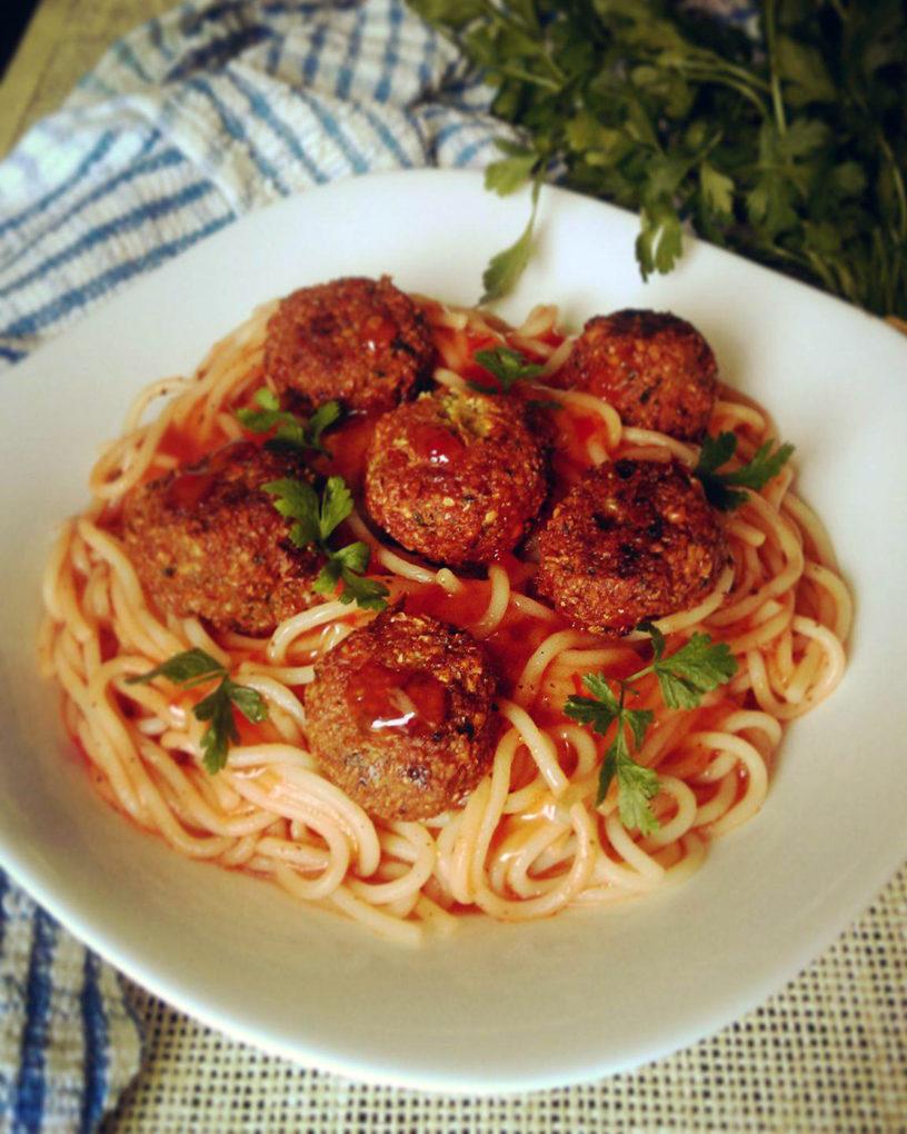 Špageti u paradajz sosu sa garbanzo ćuftama
