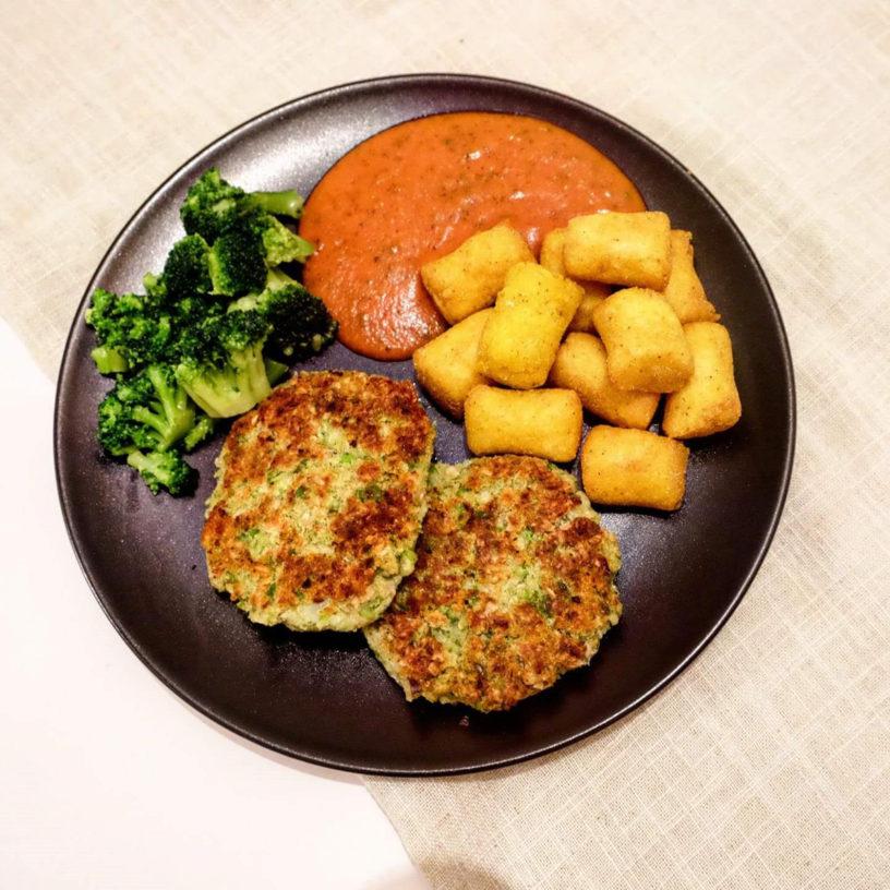 Popečkići od bijelog graha i graška, kroketi od palente, paradajz umak i brokula