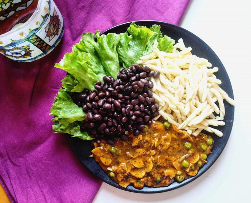 Umak / gulaš od gljiva i graška, tjestenina i crni grah