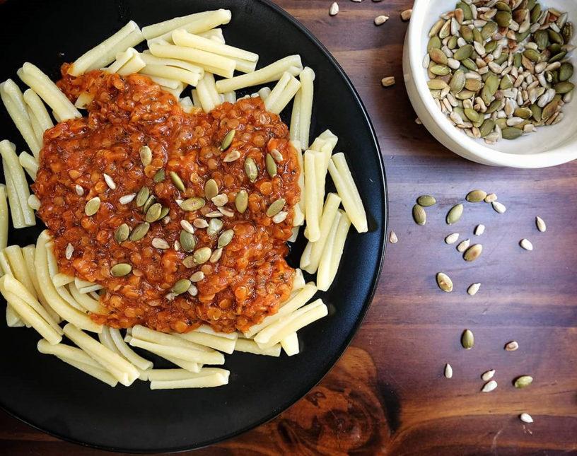 Bolonjez s crvenom lećom, sitnom mrkvicom i lukom u paradajz umaku i tostirane sjemenke bundeve i suncokreta