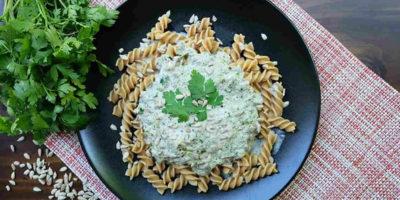 Integralna tjestenina s umakom od poriluka i šampinjona s vrhnjem
