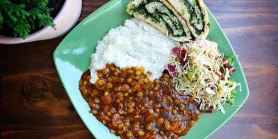 Riža, gulaš od žutog graška i mrkve, mix salata i kruhić / rolada punjeno špinatom
