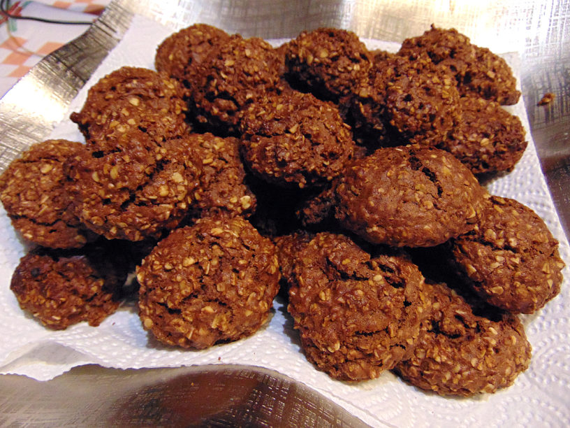 Vegan cookies with oat flakes and cinnamon