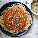 Bolonjez od sojinih ljuspica, integralni špageti i sjemenke suncokreta i bundeve