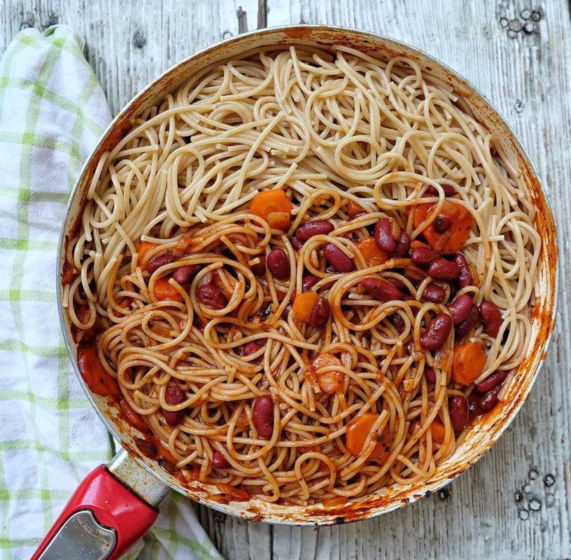 Crveni grah i mrkvica u paradajz umaku s integralnim špagetima